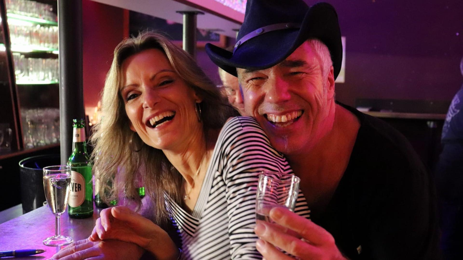 """Guckt immer nach vorn: Wolfgang Kienzle (hier mit seiner Frau Alexandra) renoviert momentan seinen Maulbronn Club """"Musicpark Live"""" und schiedet Pläne für Konzerte ab September."""