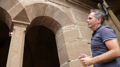 Architekt Rolf Creyaufmüller hat immer ein Auge auf die sanierungsbedürftigen Stellen im Kloster, wie jene an einem Rundbogen bei der Vorhalle der Klosterkirche.