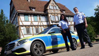 Nadja Jäger und Martin Wilhelm gehören zu den Kollegen, die im Maulbronner Polizeiposten mitten auf dem Klostergelände ihren Dienst tun. Sie kennen manche Anekdote von Begegnungen mit Touristen und Brautpärchen