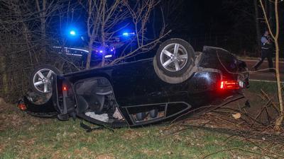 Nach dem Unfall musste der Fahrer des Pkw mit einem Rettungshubschrauber in eine Stuttgarter Klinik geflogen werden.