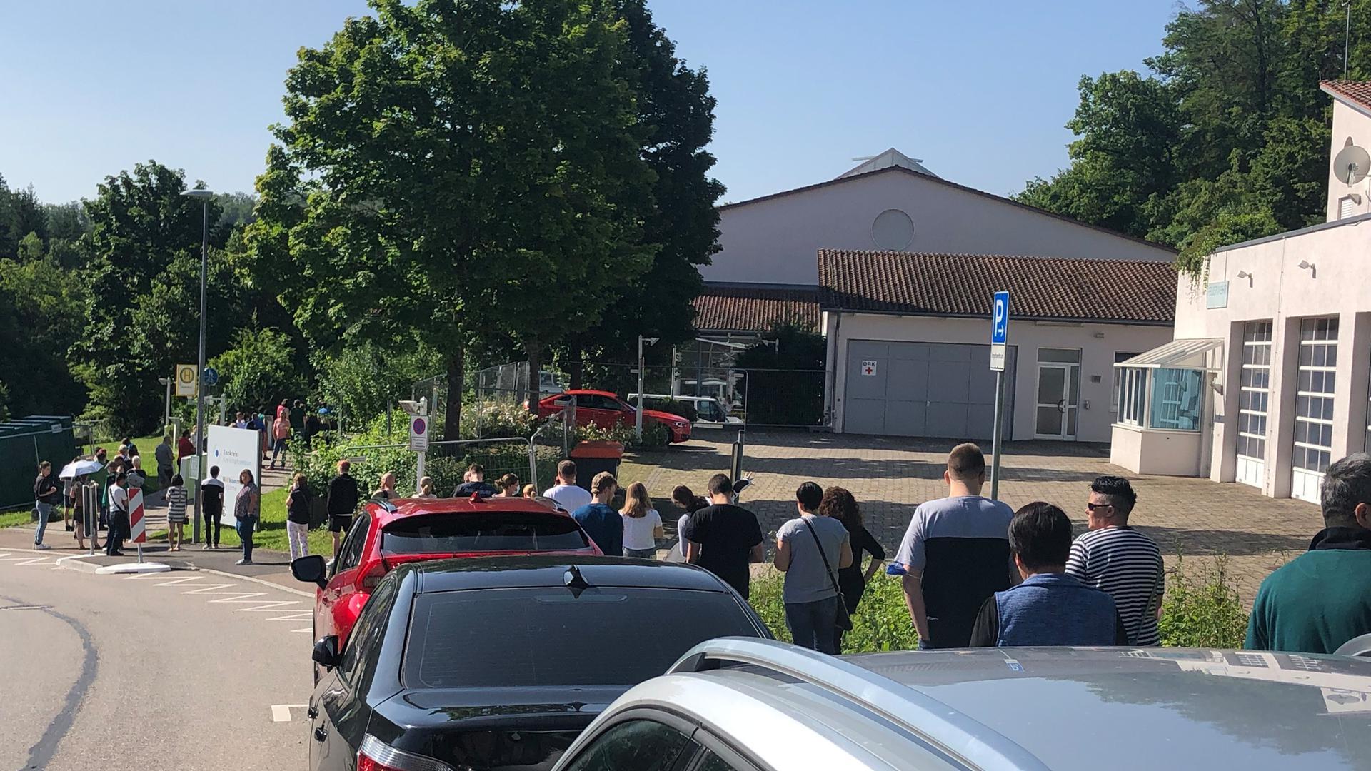 Am Morgen bildeten sich schon vor der Öffnung lange Schlangen vor dem Kreisimpfzentrum in Mönsheim