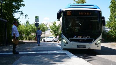 Bus fährt an Bushaltestelle an