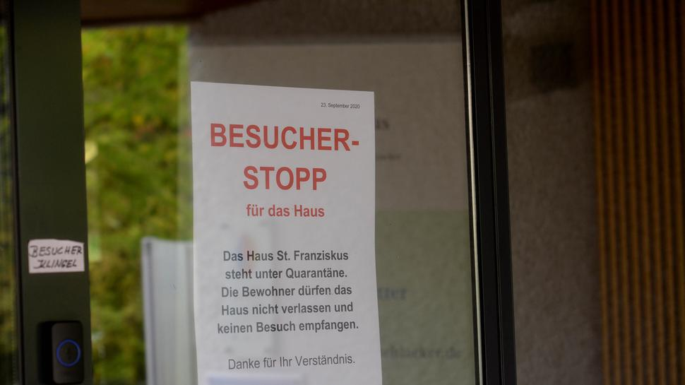 """Ein Zettel mit der Aufschrift """"Besucherstopp"""" hängt an der Eingangstür zum Heim in Mühlacker."""