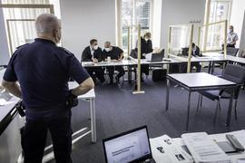 Imer gut bewacht während Rechtsanwalt Giuseppe Olivo sich mit seinem Mandanten berät.