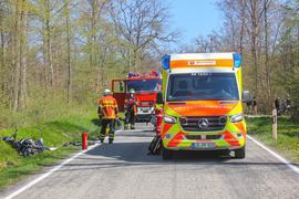 Unfallstelle mit Rettungskräften und beschädigten Fahrzeugen