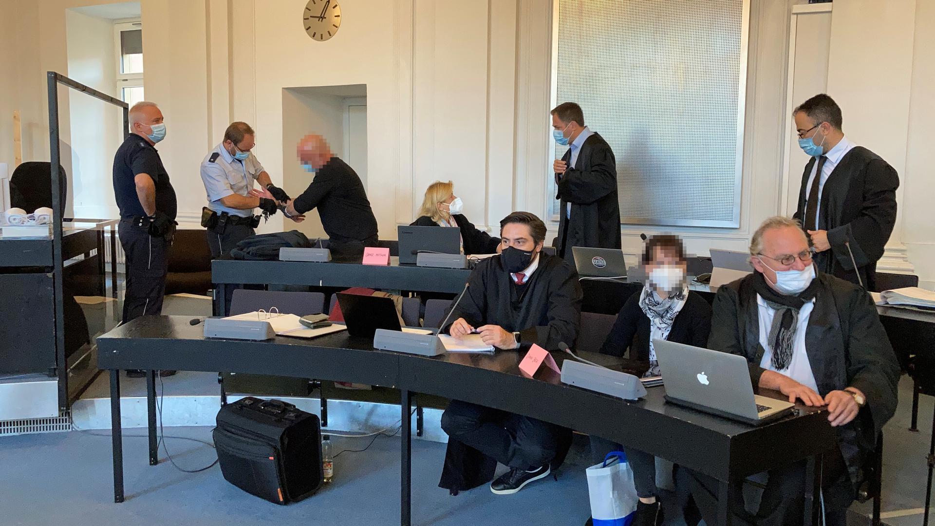 Zwei Angeklagte und ihre fünf Verteidiger am Landgericht Karlsruhe.