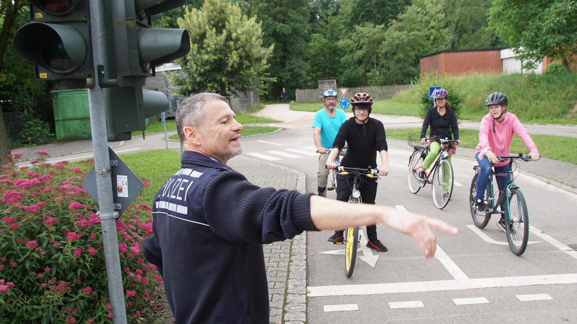 Er kennt alle Regeln: Polizeihauptmeister Raimund Bauer zeigt den Jugendlichen, wie man sich im Straßenverkehr richtig verhält. Auch die Lehrer Martin Keuerleber und Christine Fischer (hinten) lernen dabei noch etwas.