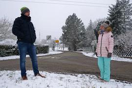 Sascha Werner und Daniela Steudle plädieren für einen Anschluss ans ÖPNV-Netz. Eine Bushaltestelle wäre am Ortseingang aus Enzberg kommend möglich.