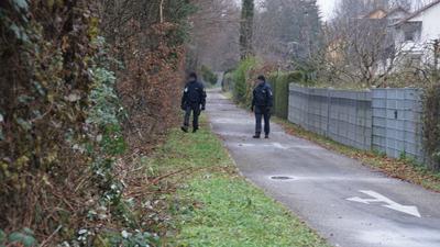Polizeieinsatz im Enzkreis nachdem ein Toter in dem Fahrzeug gefunden wurde.