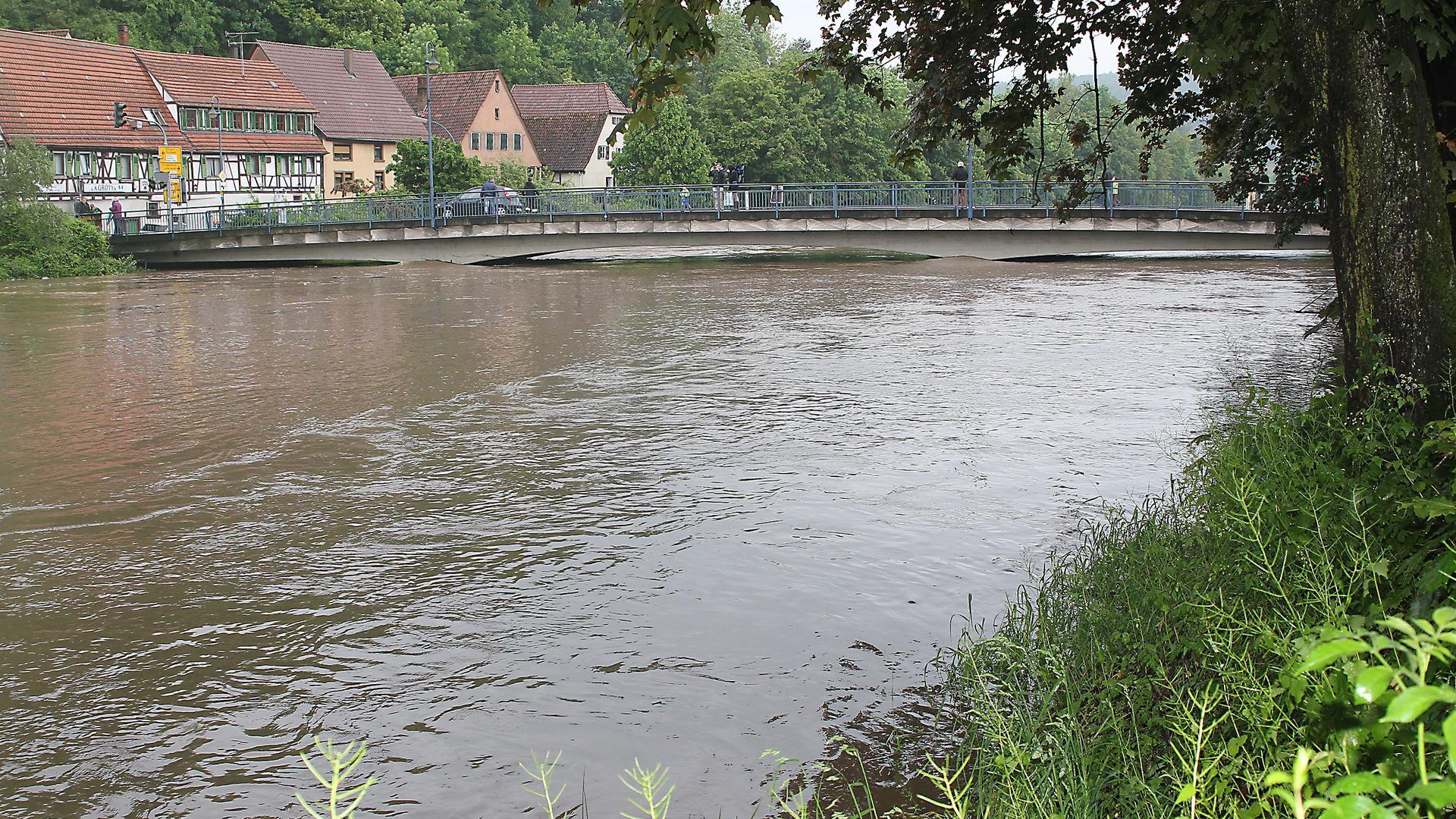 Mehr Hochwasserschutz: Beim Durchfluss an der Brückenunterkante wird es schnell eng und es drohen Überflutungen. Eine neue Brücke an der Stelle der jetzigen Herrenwaagbrücke in Dürrmenz  soll deshalb auch den Hochwasserschutz erhöhen.