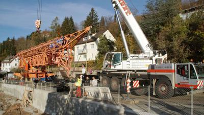 Kran hebt Kran: Der mobile 100-Tonner hebt ein Teilstück des Baukrans in die Luft. Für den Aufbau wurde die Alte Pforzheimer Straße gesperrt.