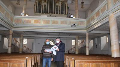 Dekan Joachim Botzenhardt (rechts) und Bauausschuss-Vorsitzender Kurt Fischer im Innern der Neuenbürger Stadtkirche.