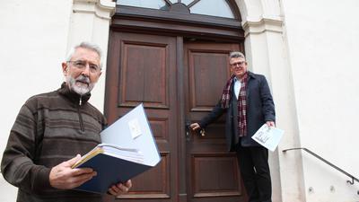 Kurt Fischer und Dekan Joachim Botzenhardt vor der Stadtkirche Neuenbürg.