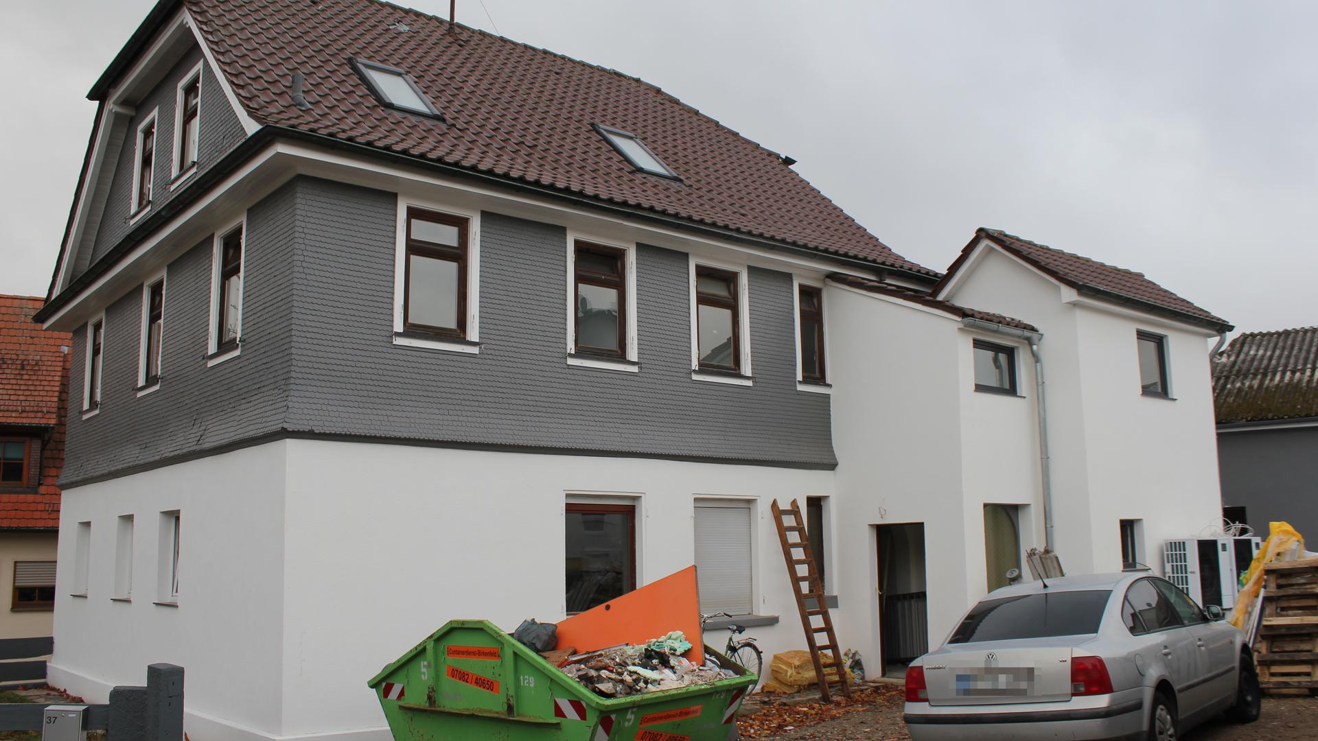 Nutzung untersagt: Die illegale Sammelunterkunft für mehr als 20 Arbeiter in der Waldrennacher Eichwaldstraße wird saniert. Bauamt und Besitzer wollen sich vor Ort treffen, um über die Genehmigung zu sprechen.
