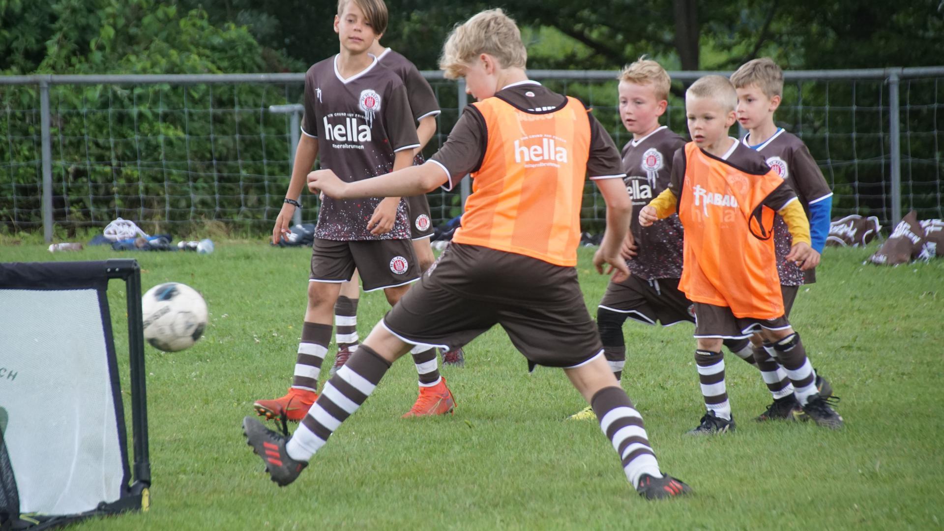Dribbeln, passen, schießen: Beim Fußballcamp konnten sich die Kinder auf dem Waldrennacher Sportplatz fünf Tage lang so richtig austoben.