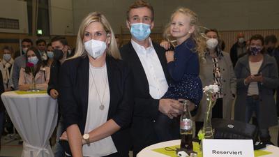 Sekunden vor diesem Foto wurde das Wahlergebnis bekanntgegeben: Sabine Wagner ist neue Bürgermeisterin in Neuhausen. Auf dem Foto mit ihrem Mann Marin und Tochter Emilia.