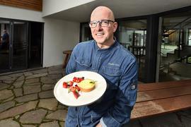 Claudio Urru mit Dessert im Biergarten