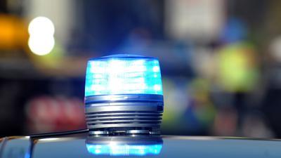 Das Blaulicht eines Streifenwagens der Polizei leuchtet.