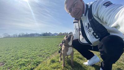 Hatten sich schnell angefreundet: Neulingens Bürgermeister Michael Schmidt und die Französische Bulldogge Bully von der Familie Weller in Bauschlott.