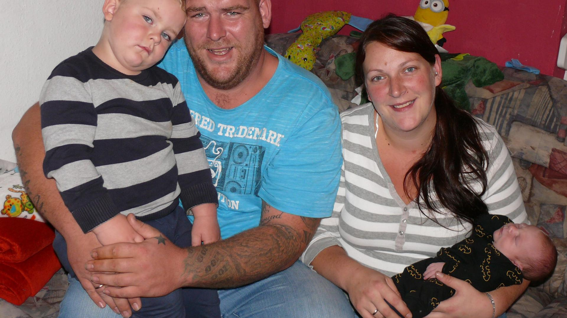 Daniel und Nathalie Menzemer mit dem zweieinhalbjährigen Jonas und dem Baby Henry
