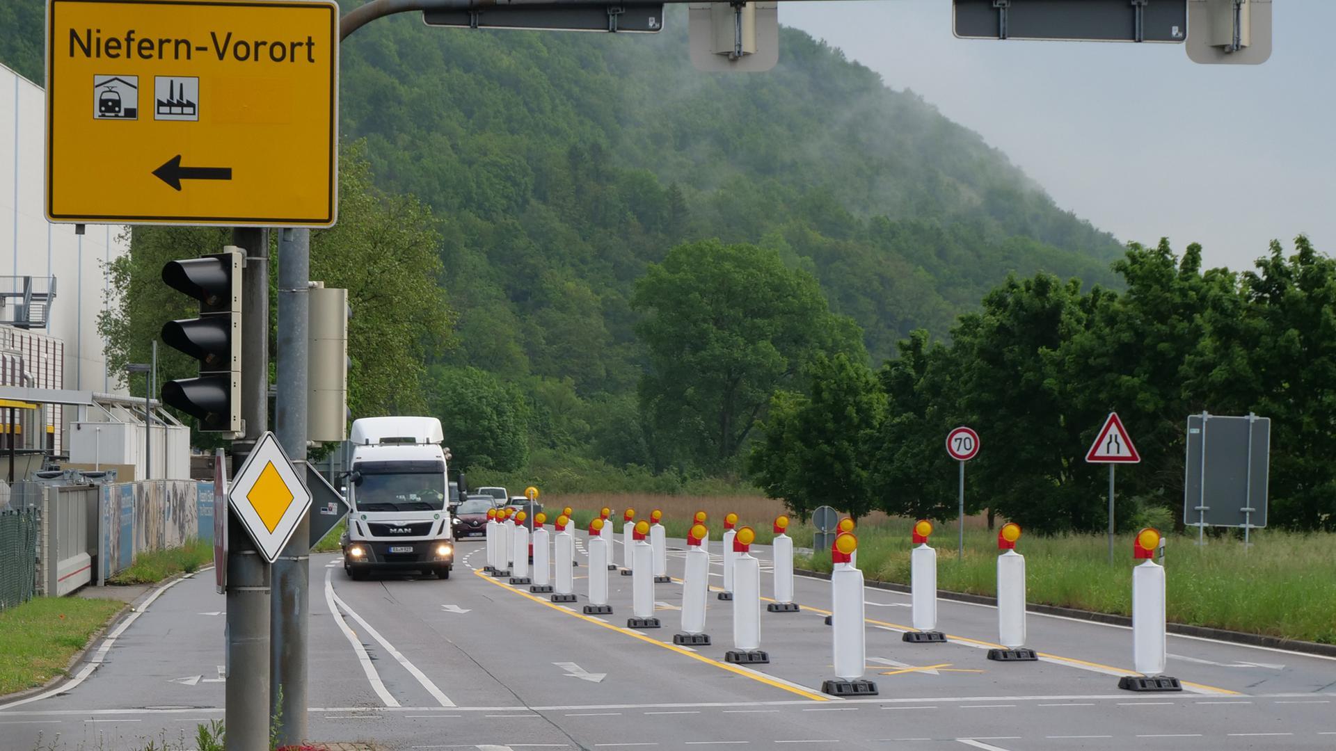 Der Verkehr vor der Ampelkreuzung in Niefern wird auf eine Fahrspur reduziert. Dadurch werden längre Rückstaus in Richtung Enzberg befürchtet