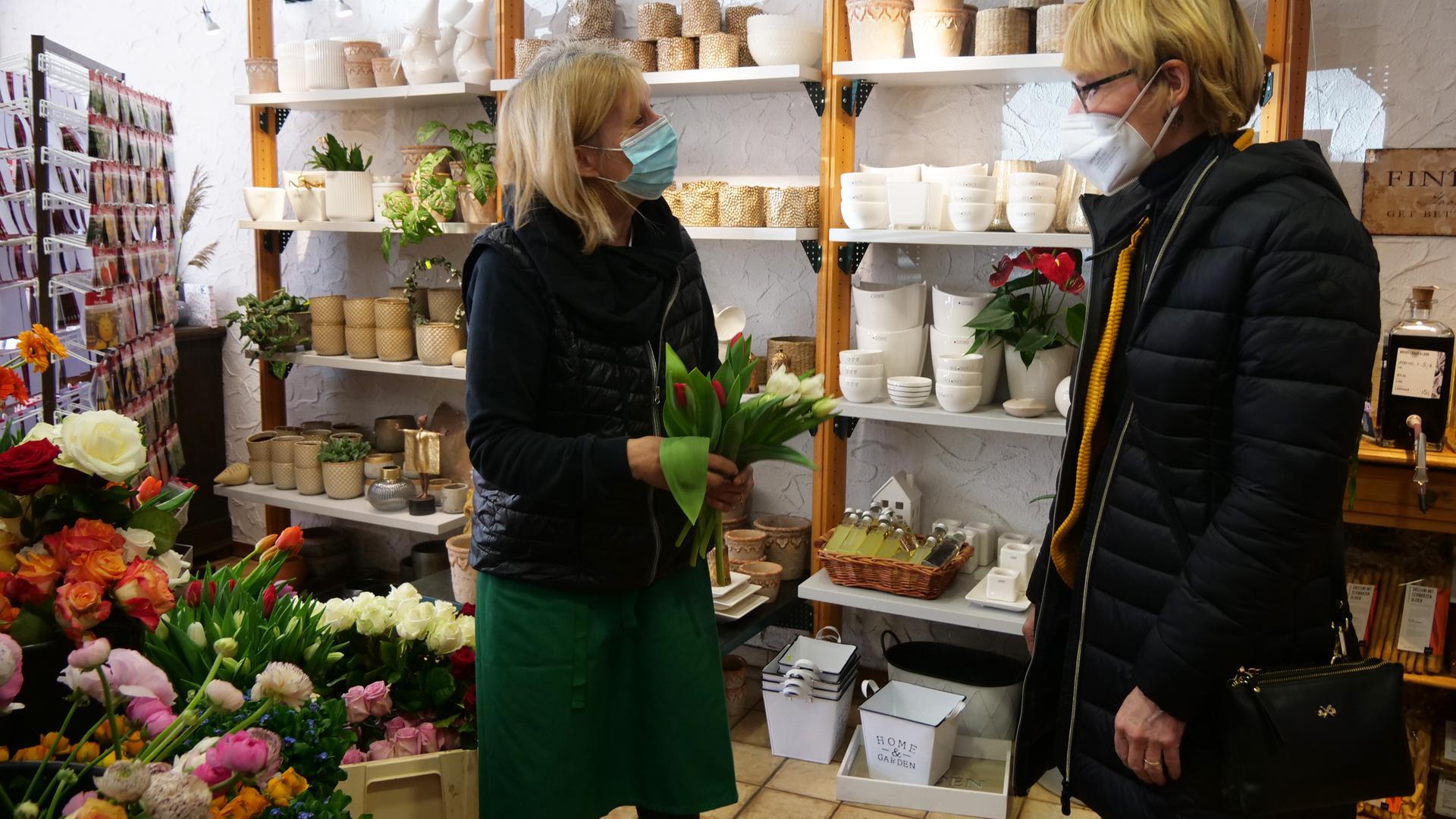 Susanne Schmidt-Zahnlecker (rechts) hat lange darauf gewartet, dass sie wieder bei Sabine Brennenstuhl im Laden einkaufen darf