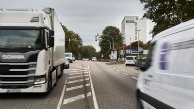 Die Bundestraße 10 (hier bei der Abzweigung in die Pforzheimer Straße) soll zwischen Niefern und Eutingen vierspurig ausgebaut werden