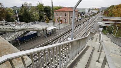 Die Bahnsteige des Bahnhofs sollen zum zum Hybridbahnhof umgebaut werden und die Fußgängerbrücke wird saniert.