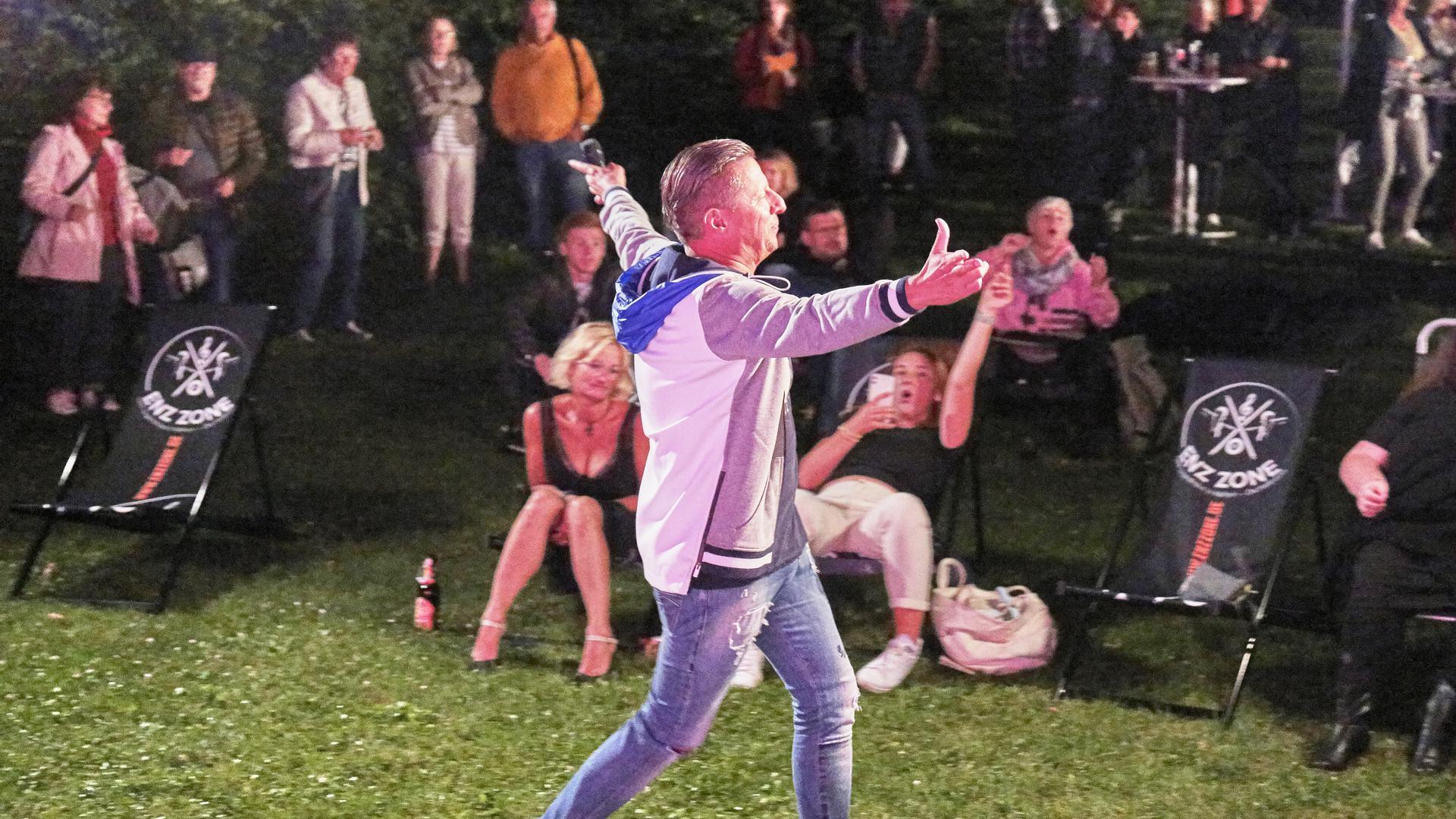 Jörg Augenstein singt beim Benefizkonzert im Nieferner Freibad zu Gunsten der Flutopfer in Rheinland-Pfalz und Nordrhein-Westfalen