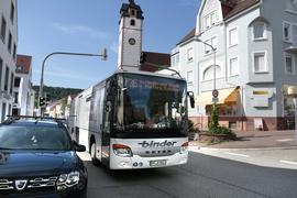 Ein Omnisbus der Linie 736 fährt auf der Nieferner Hauptstraße