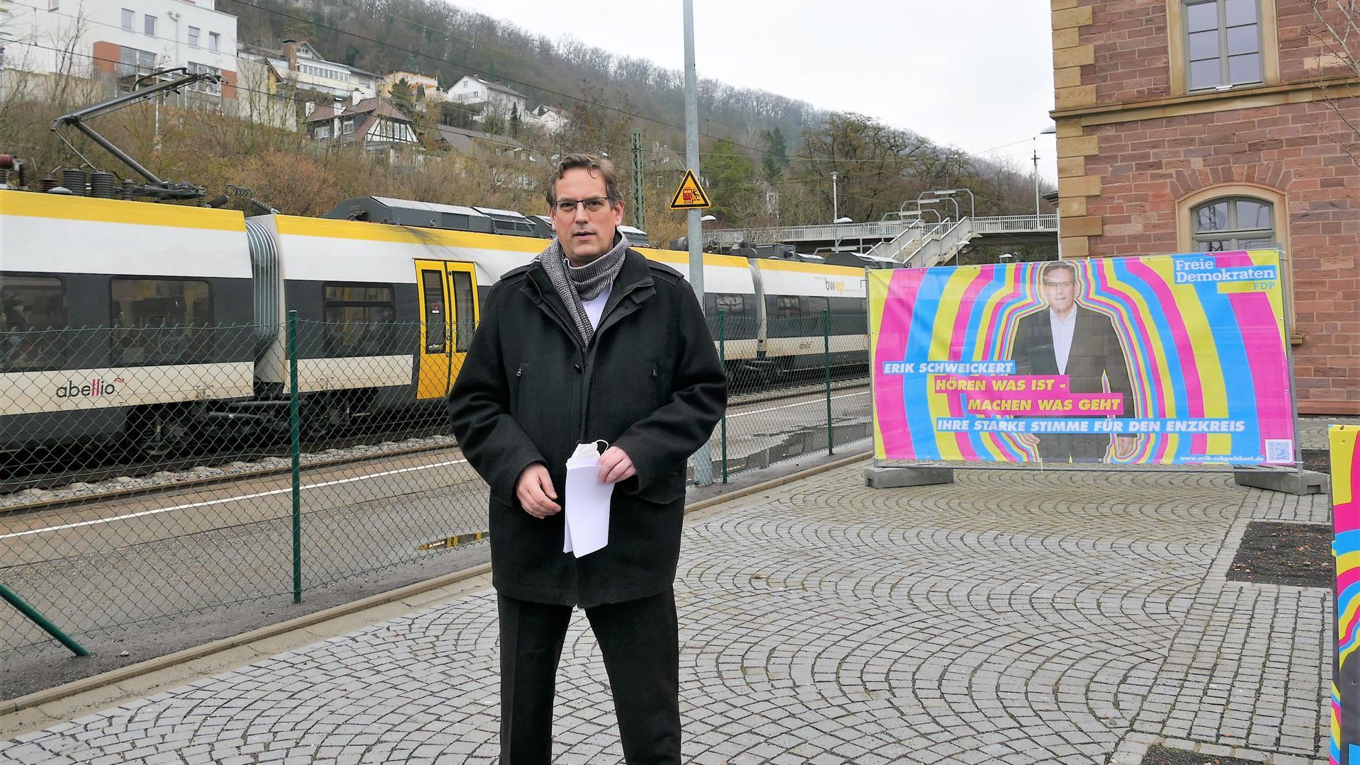 Mann am Bahnhof