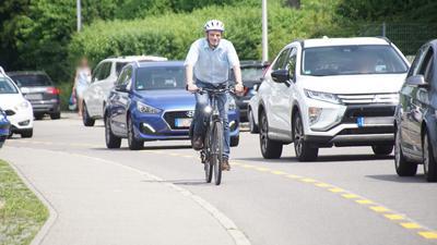 Trotz Schutzstreifen: Wie eng es in der Pforzheimer Straße für Radfahrer zugeht, hat Wolfgang Haas selbst ausprobiert.