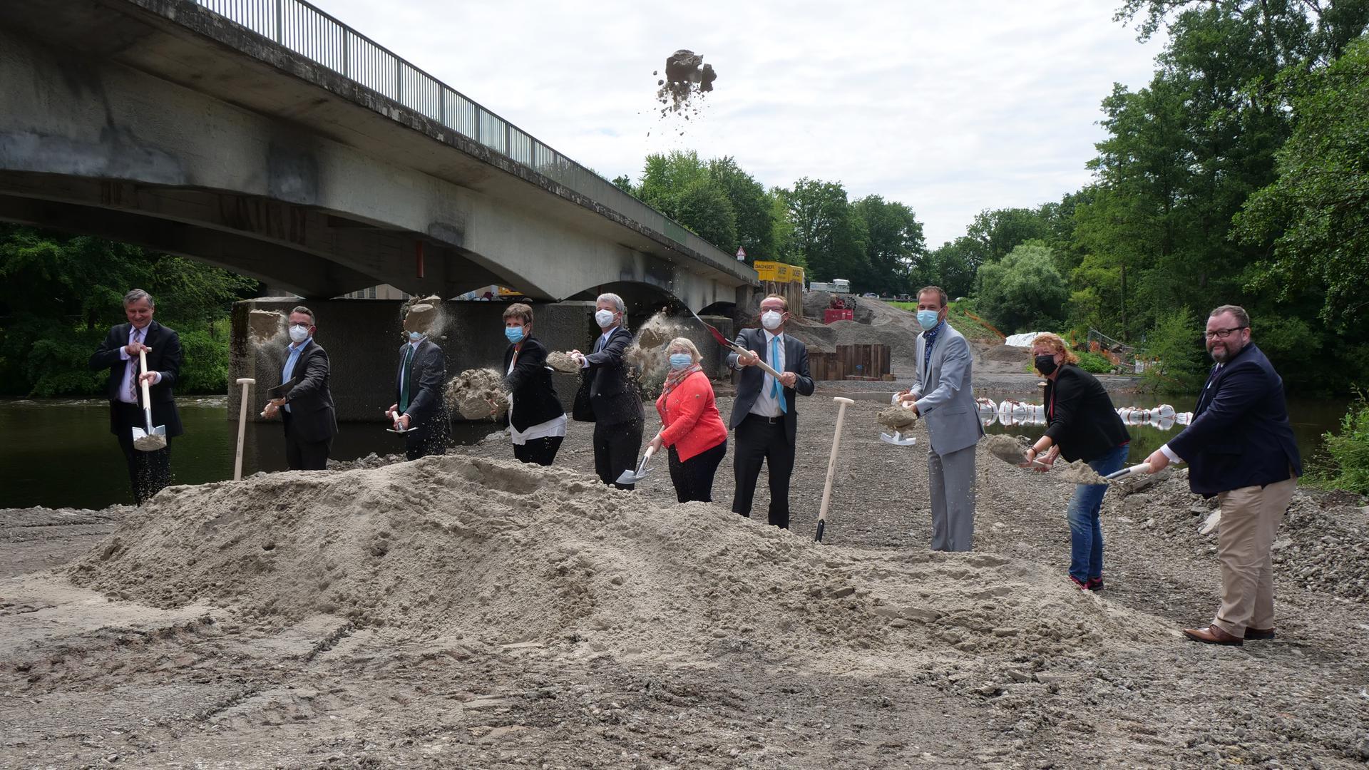 Begleitet von Politprominenz aus Bund und Land fiel am Mittwoch der Startschuss zum Ersatzneubau der Enzbrücke