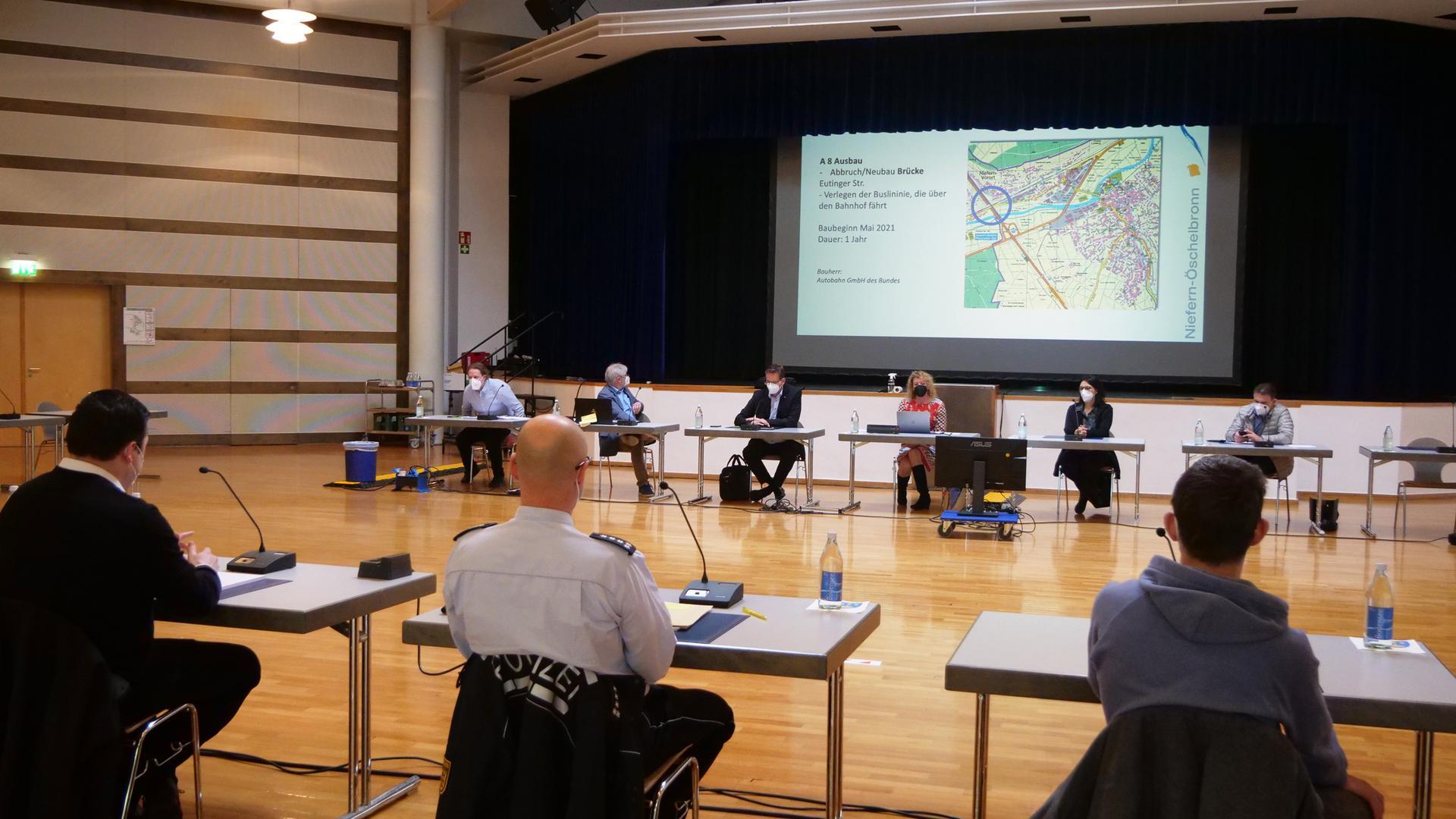 Vertreter von Gemeinden, Planern und Behörden trafen sich am Dienstag in Niefern zu einem Verkehrsgipfel. Dessen Ziel ist es, durch gegenseitige Rücksichtnahme ein größeres Verkehrschaos zu vermeiden