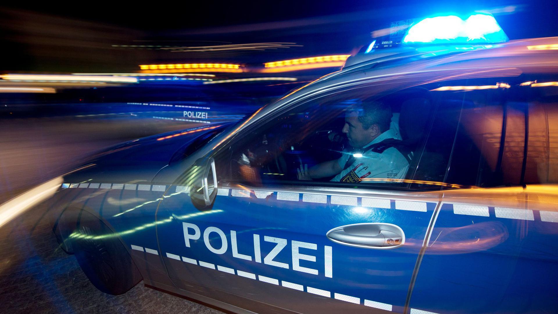 Eine Polizeistreife fährt zu einem Einsatz.
