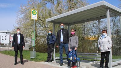 Beim Warten auf den Bus nicht länger im Regen stehen müssen Erika Bäder (von rechts), Katharina Casper und Santo Sapuppo dank der Initiative von Gemeinderat Felix Casper (Dritter von links) und Bürgermeister Luca Wilhelm Prayon (links).