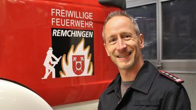 Mit zwei lachenden Augen hört Marc Unger zum Jahresende als Kommandant der Remchinger Feuerwehr auf – bleibt ihr bei Übungen und Einsätzen aber auch ohne den roten Streifen auf dem Helm weiter treu und freut sich auf seine neuen Projekte.