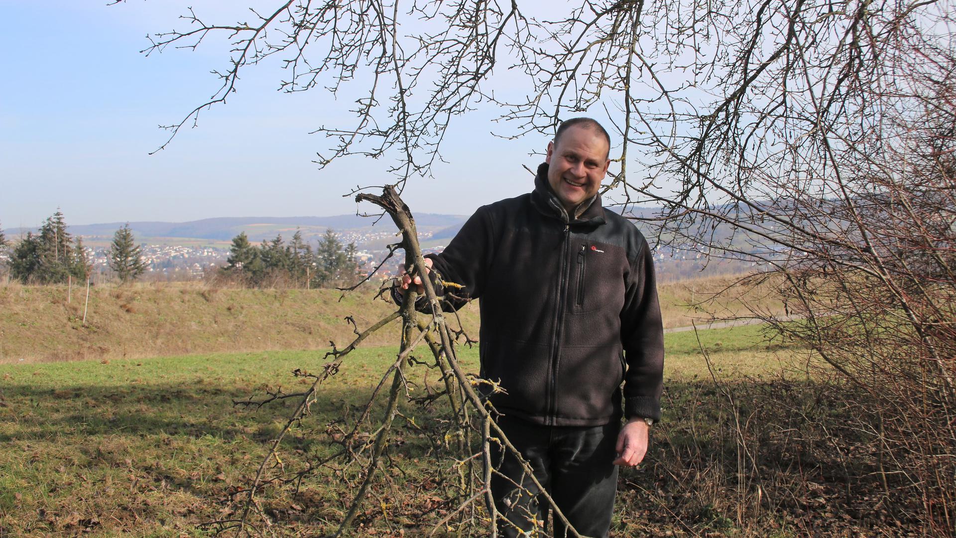 Kaum wiederzuerkennen sei das Landschaftsbild rund um den Nöttinger Autobahnausbau, findet AfD-Kreisrat Klaus Fuchs, der die Dauer und Folgen des Flurbereinigungsverfahrens kritisiert.