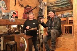 """Neue Segel setzen Markus Bodemer (links) und Jochen Kröner mit ihrem Bandprojekt """"Bordkapelle Akkermann"""", dessen erstes veröffentlichtes Lied die Pforzheimer """"Mahnwache"""" zum 23. Februar kritisiert."""
