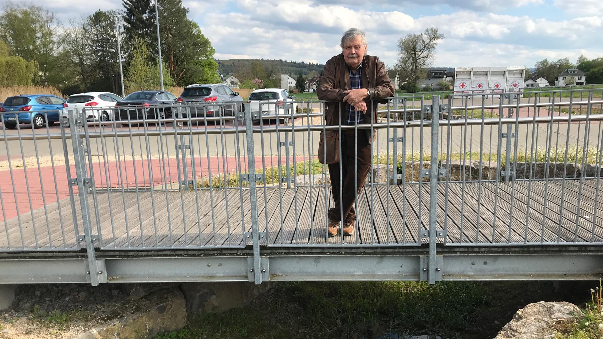 Mann auf Brücke