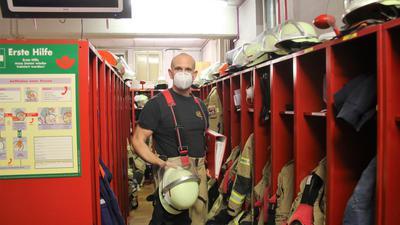 Endlich Klarheit über den geplanten Weg von Verwaltung und Gemeinderat in Sachen Standortfrage wünscht sich Abteilungskommandant Heiko Osswald während eines Arbeitsdienstes im Nöttinger Feuerwehrhaus.