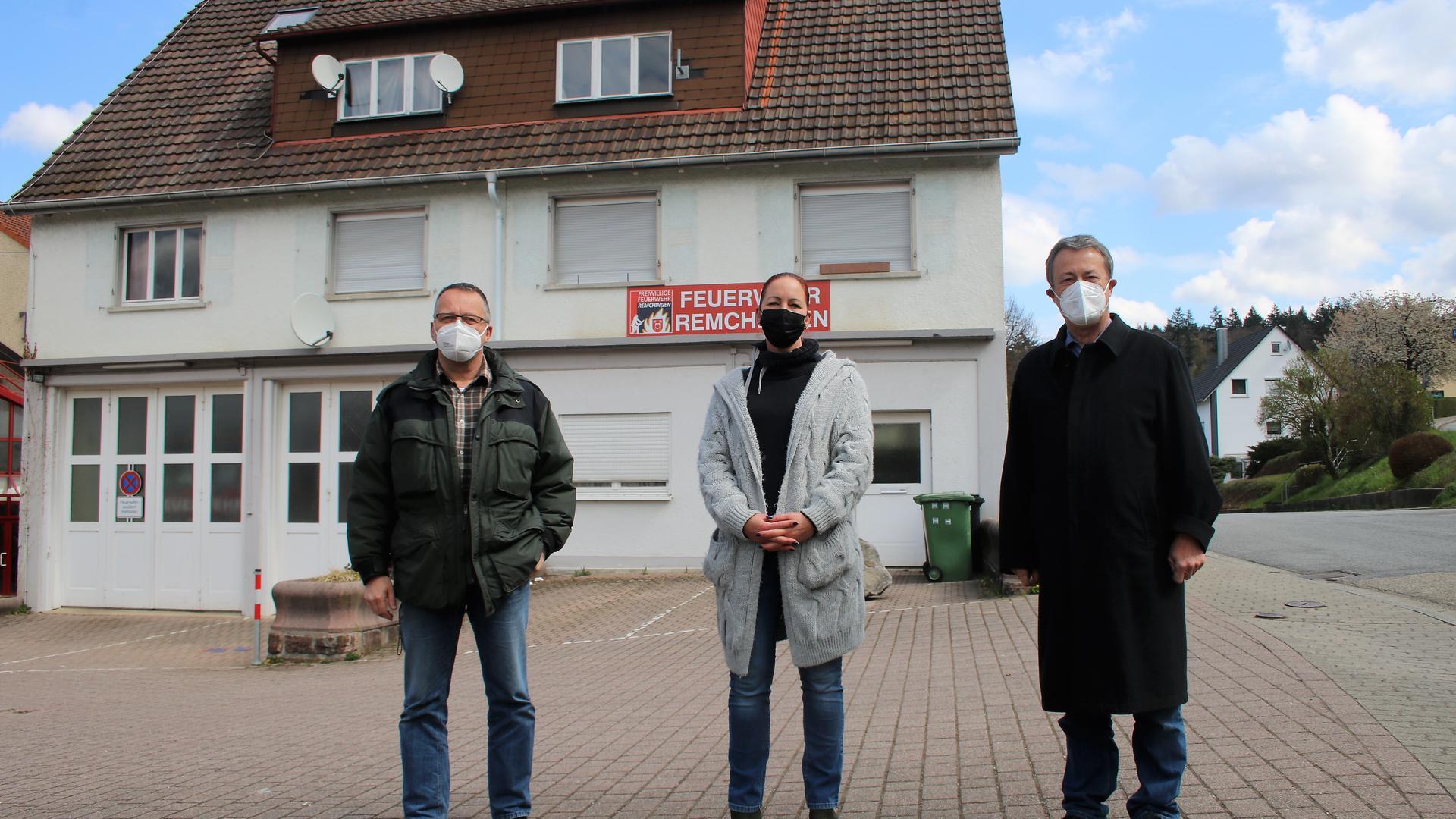 Für einen Erhalt des Feuerwehrstandorts Süd in Nöttingen in Form eines zeitgemäßen Neubaus machen sich unter anderen die drei Darmsbacher Karl-Heinz Plangl (von links), Ilona Szabo und Wolfgang Stock stark.