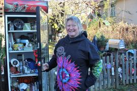 Vom Trödel bis zum Hingucker: im Flohmarktschrank von Hobbysammlerin Nathalie Kiefer in Wilferdingen wird man zu kleinen Preisen und noch dazu für den guten Zweck zur Unterstützung von Tierschutzprojekten fündig.