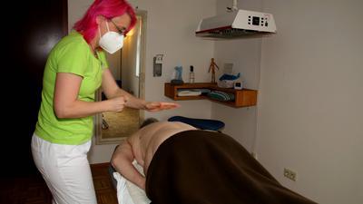 Therapie unter erschwerten Bedingungen: Die Nöttinger Physiotherapeutin Modesta Kriebel (hier bei der reflektorischen Atemtherapie) kämpft für bessere Arbeitsbedingungen in Heilmittelpraxen. Die Lage ist durch Corona noch schwieriger geworden.