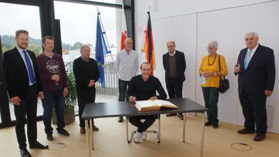 Großer Bahnhof: Simon Gegenheimer trägt sich ins goldene Buch ein, sehr zur Freude von (von links) Bürgermeister Luca Wilhelm Prayon, Sascha Rebmann (FWV), Dieter Walch (CDU), Vater Reiner Gegenheimer, Klaus Fingerhut (Grüne), Antje Hill (SPD) und Kurt Ebel (CDU).