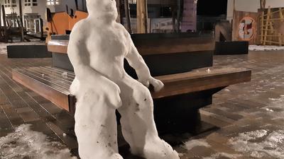 Ein Schneemann sitzt auf einer Bank in Remchingen.
