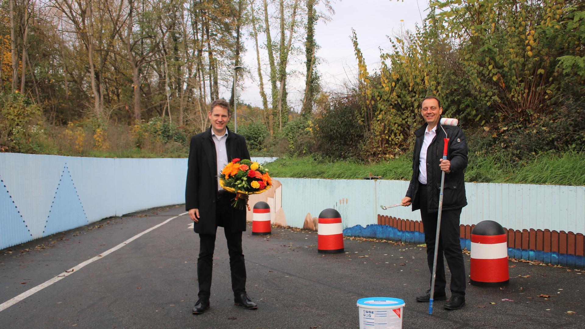 Einen neuen Anstrich verliehen hat der Remchinger Ulrich Haag (rechts) der Unterführung zwischen Kulturhalle und Singen. Für diesen und viele weitere Einsätze in der Gemeinde bedankte sich Bürgermeister Luca Wilhelm Prayon.