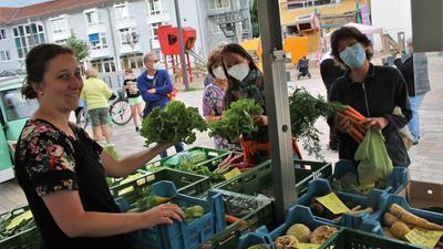 Über den großen Andrang zum Start des Remchinger Wochenmarkts freute sich Tatjana Köhler (von links) hinter dem Stand der Nöttinger Familie Guthmann mit den Kundinnen Gisela und Anka Troost.