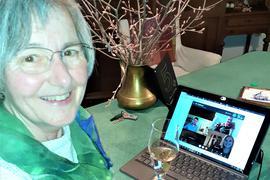 Sekt nach dem Sieg: eine glückliche Stefanie Seemann stößt am Wahlabend auf ihr verteidigtes Direktmandat an. Am Abend gab es mit dem grünen Kreisverband auch eine digitale Wahlparty.