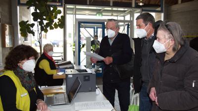 Leute am Empfang vom Impfzentrum Straubenhardt